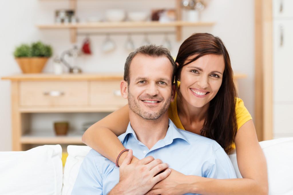 entspanntes, glückliches paar zu hause